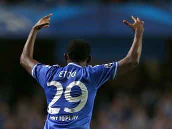 Face à Schalke 04, Samuel Eto'o a régalé Chelsea avec un doublé, le 6 novembre 2013. REUTERS/Eddie Keogh