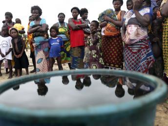 Les villageois d'Orobiri se tiennent près d'un récipient contenant du pétrole. Ils estiment que Shell fuit ses responsabilités concernant cette marée noire. REUTERS/Akintunde Akinleye