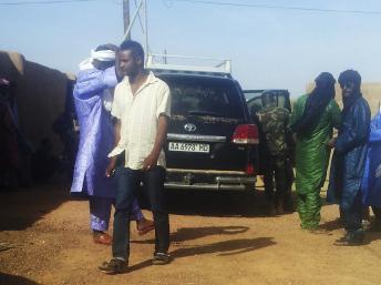 Des membres de la Minusma et du MNLA inspectent le véhicule emprunté par Ghislaine Dupont et Claude Verlon, avant leur enlèvement à Kidal, samedi 2 novembre. REUTERS/Stringer