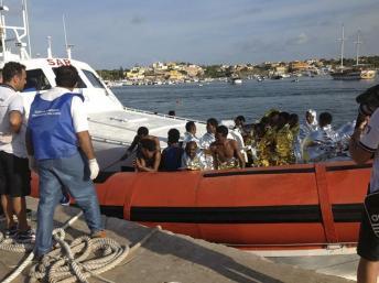 Des rescapés du naufrage de ce jeudi 3 octobre, au large de Lampedusa, lors duquel des centaines de migrants ont trouvé la mort. REUTERS/Nino Randazzo/ASP press office