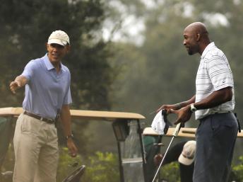 Le président américain, Barack Obama avec ancien joueur de basket-ball Alonzo Mourning lors de sa visite en Floride, le 9/11/ 2013 REUTERS/Larry Downing