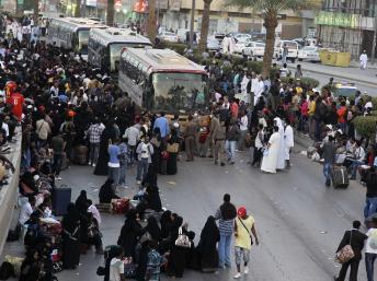 Des travailleurs éthiopiens rassemblés près des bus de la ville, à Manfouha, un quartier de Riyad, attendent d'être expulsés du royaume saoudien, le 10 novembre 2013. REUTERS/Faisal Al Nasser