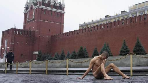 Un Russe cloue ses organes génitaux sur la Place Rouge