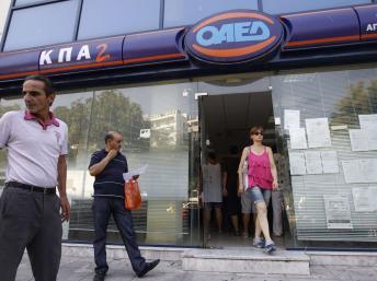 Une agence pour l'emploi à Athènes. En Grèce, le taux de chômage des jeunes est supérieur à 56%. REUTERS/John Kolesidis