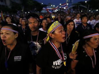 Des dizaines de milliers de manifestants se sont réunis lundi 11 novembre 2013 dans le centre de Bangkok pour protester contre la loi d'amnistie du gouvernement. REUTERS/DAMIR SAGOLJ
