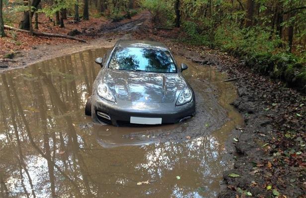 Il abandonne sa Porsche dans la boue pour arriver à l'heure à son match
