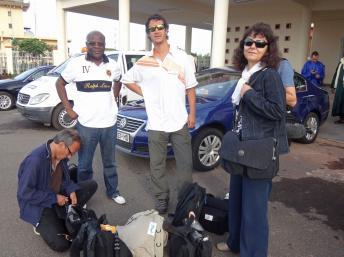 Claude Verlon (accroupi) avec Ghislaine Dupont (à droite) au Mali, en juillet dernier. RFI
