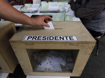 Un homme vote lors du premier tour de l'élection présidentielle à Santiago, le 17 Novembre 2013. REUTERS/Eliseo Fernandez