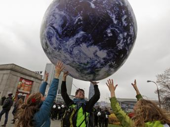 Des militants demandent de vrais accords sur la réduction des gaz à effet de serre à l'occasion de la conférence sur le climat à Varsovie. Reuters/Kacper Pempel