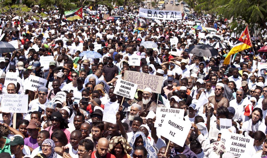 Opération de vote lors des élections municipales au Mozambique, le 20 novembre 2013. REUTERS/Grant Lee Neuenburg