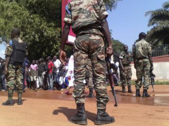 Des forces de sécurité centrafricaines, lors d'une manifestation organisée à l'appel du monde judiciaire, le vendredi 22 novembre à Bangui. REUTERS/Stringer