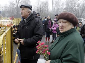 Des familles des victimes et disparus dans l'effondrement du toit d'un supermarché, jeudi 21 novembre, à Riga. REUTERS/Ints Kalnins