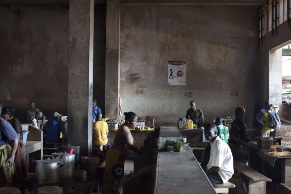 Dans un café à proximité du marché central de Bangui, le 23 novembre 2013. REUTERS/Joe Penney