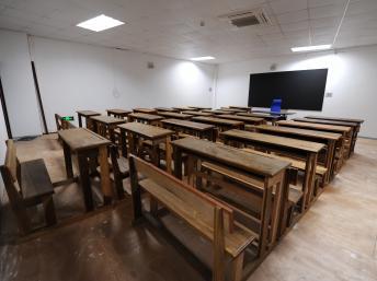 Salle de classe vide à Libreville, Gabon. AFP PHOTO/Steve Jordan
