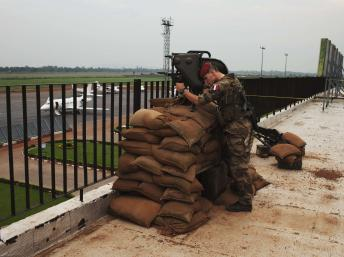 La France compte actuellement en Centrafrique un peu plus de 400 militaires qui contrôlent essentiellement l'aéroport de Bangui. REUTERS/Joe Penney