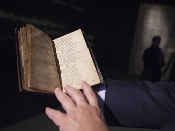 Ce livre de psaumes a été adjugé pour 14,2 millions de dollars, soit 10,4 millions d'euros. REUTERS/Carlo Allegri