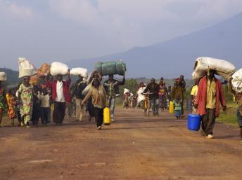 Au Congo, les civils, eux, n'ont qu'une hâte : retourner chez eux pour y vivre en paix. A Kibumba, au nord de Goma, le 27 octobre 2013. REUTERS/Kenny Katombe