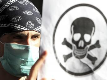 La destruction d'un arsenal de 800 tonnes d'agents chimiques et de 7,7 millions de litres de résidus inquiète beaucoup de monde. REUTERS/Arben Celi