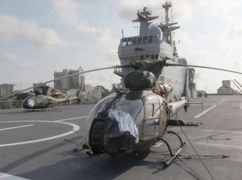 Les deux hélicoptères français «Gazelle», sur le pont du «Dixmude», dans le port de Douala. RFI / Olivier Fourt
