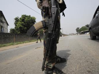 Un soldat ivoirien dans le quartier de Yopougon, décembre 2012. AFP PHOTO/ SIA KAMBOU