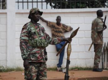 Des rebelles de l'ancienne Séléka dans les rues de Bangui, le 5 décembre 2013. AFP PHOTO/ SIA KAMBOU