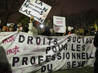 Les «travailleurs du sexe» ont manifesté mercredi 4 décembre 2013 à Paris, après le vote des députés validant la pénalisation des clients des prostitué(e)s. REUTERS/Jacky Naegelen