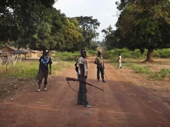 Une milice anti-balaka, le 25 novembre 2013 dans le village de Mbakate, en RCA. REUTERS/Joe Penney