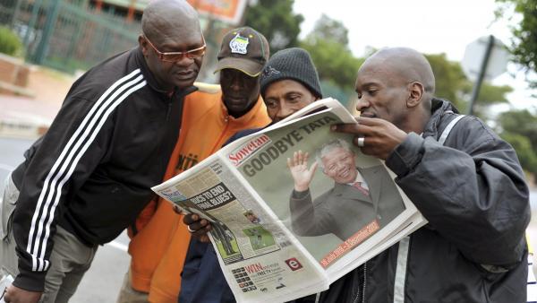 Des habitants de Soweto, ce vendredi 6 décembre, au lendemain de la mort de Nelson Mandela. REUTERS/Ihsaan Haffejee