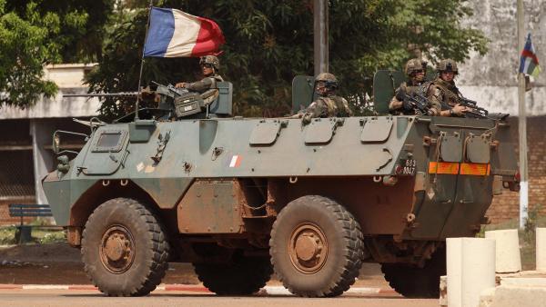 Des soldats français patrouillent dans les rues de Bangui, le jeudi 5 décembre. REUTERS/Emmanuel Braun