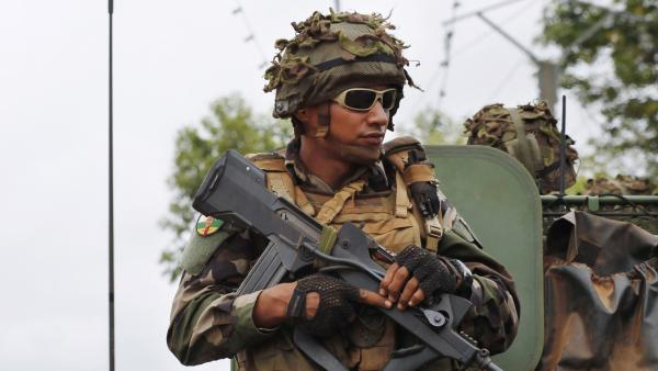 Des soldats français patrouillent dans Bangui, le 4 décembre 2013. REUTERS/Emmanuel Braun