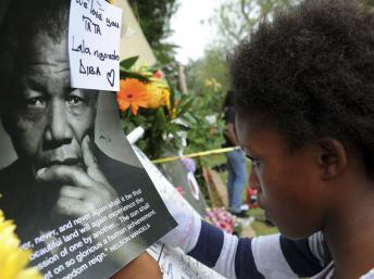 Une jeune femme plonge son regard dans celui de Nelson Mandela, à l'extérieur de sa maison de Hougton (Johannesburg), le 6 décembre 2013. REUTERS/Sibongile Ngalwa/GCIS/Handout via Reuters