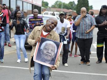 Les habitants de Soweto se sont rassemblés, ont chanté et dansé pour Mandela. REUTERS/Ihsaan Haffejee