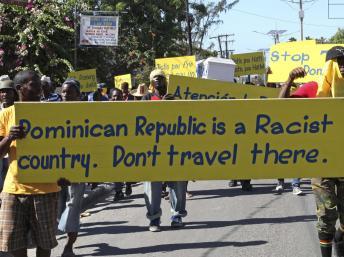 Les manifestants accusent la République dominicaine d'être un pays raciste, vendredi 6 décembre à Port-au-Prince. REUTERS/Marie Arago
