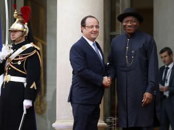Le président Goodluck Jonathan salue son homologue français lors du sommet de l'Elysée. REUTERS/Benoit Tessier