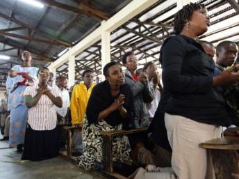 Des femmes prient durant une messe, à Bujumbura (archives). Godong/Universal Images Group via Getty Image
