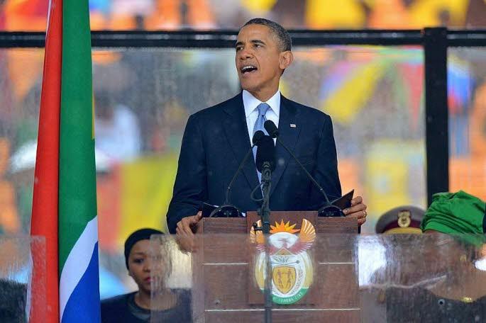 Le président américain Barack Obama et l'interprète en langue des signes (d.) lors de la cérémonie d'hommage à Nelson Mandela, le 10 décembre 2013. REUTERS/SABC