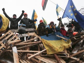 Des manifestants pro-européens sur une barricade, à Kiev, le 11 décembre. REUTERS/Konstantin Chernichkin