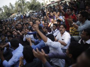 Des manifestants de la Ligue Chhatra protestent contre un appel à manifester de la part de la Jamaat-e-Islami contre la condamnation à mort d'Abdu Quader Mollah, à Dacca, le 9 septembre. REUTERS/Andrew Biraj
