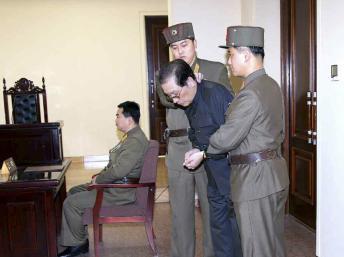 Jang Song-Thaek lors d'une audience au tribunal militaire. Image datée du 12 décembre 2013. REUTERS/Yonhap