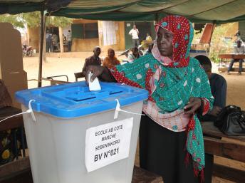 Dans certains bureaux de vote de Bamako, on ne comptait parfois qu'un électeur tous les quarts d'heure. AFP PHOTO / HABIBOU KOUYATE