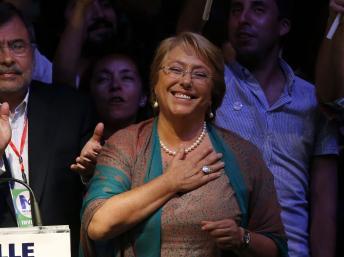 Michelle Bachelet célèbre sa victoire, ce dimanche 15 décembre 2013. REUTERS/Ivan Alvarado