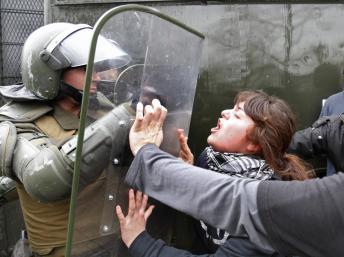 Face à face forces de l'ordre et étudiants lors de la manifestation pour une meilleure éducation le 28 août 2012 à Santiago. REUTERS/Carlos Vera