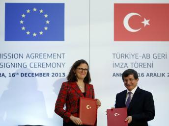 Cecilia Malmström (G), commissaire européenne aux Affaires intérieures et Ahmet Davutoglu, ministre turc des Affaires étrangères (D) lors de la signature de l'accord avec l'UE à Ankara, le 16 décembre 2013. REUTERS/Umit Bektas