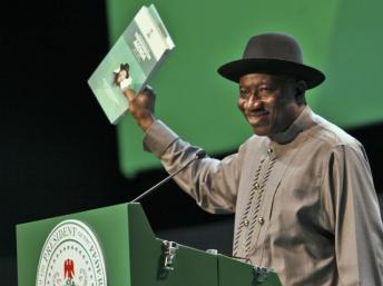 Le président Goodluck Jonathan présente un rapport administratif de mi-mandat le 29 mai, jour de la fête de la démocratie, à Abuja. Reuters/Afolabi Sotunde