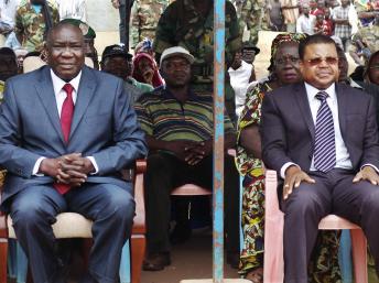 Le duo au pouvoir à Bangui, après l'éviction du président déchu François Bozizé, Michel Djotodia (G) et Nicolas Tiangaye, le 30 mars 2013. REUTERS/Alain Amontchi