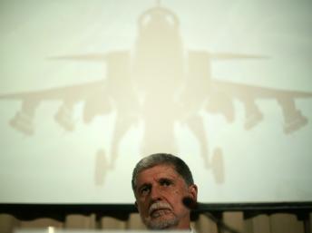 Le ministre brésilien de la Défense, Celso Amorim, annonce la victoire du «Gripen», le 18 décembre 2013. REUTERS/Ueslei Marcelin