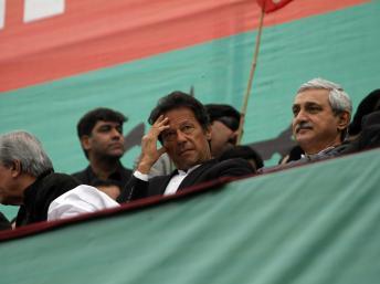 Imran Khan, chef du PTI, lors d'une manifestation destinée à protester contre les tirs de drones américains, à Peshawar, le 23 décembre. REUTERS/Fayaz Aziz