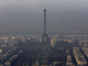 La Tour Eiffel embrumée de particules fines, le 12 décembre 2013. REUTERS/Philippe Wojazer