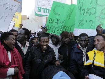 Des migrants africains protestent devant la Knesset, à Jérusalem, le 17 décembre 2013. REUTERS/Ammar Awad