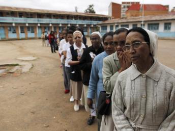 Une file d'attente devant un bureau de vote d'Antananarivo, ce vendredi 20 décembre 2013. REUTERS/Thomas Mukoya